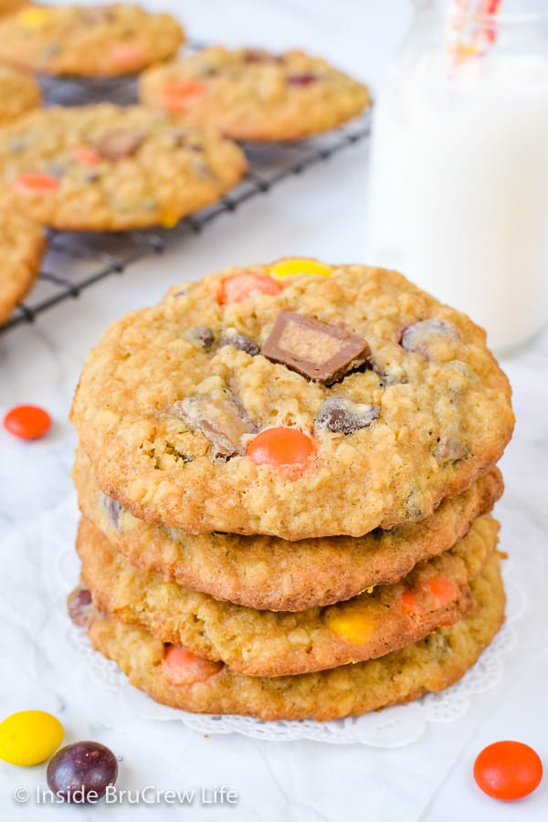 Peanut Butter Oatmeal Banana Cookies - chewy peanut butter oatmeal cookies loaded with peanut butter candies and chocolate chips are just what you cookie jar needs! #peanutbutter #banana #oatmealcookies #cookiejartreats#peanutbuttercups