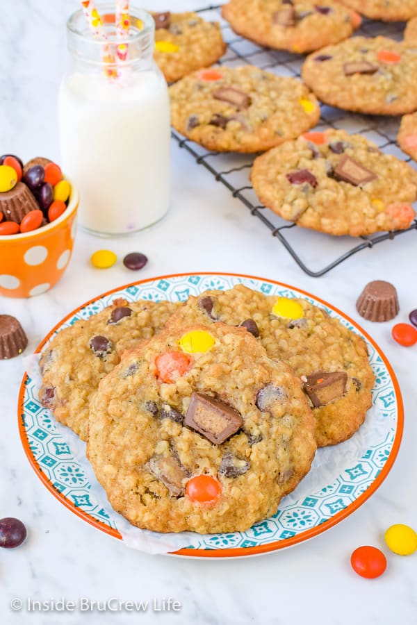Peanut Butter Oatmeal Banana Cookies - these peanut butter oatmeal cookies are loaded with peanut butter candies and will stay soft for days! Awesome recipe to make for your cookie jar! #peanutbutter #banana #oatmealcookies #cookiejartreats#peanutbuttercups