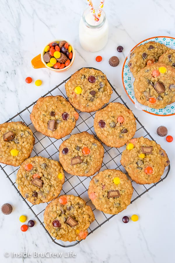 Peanut Butter Oatmeal Banana Cookies - peanut butter candies and chocolate chips make these chewy peanut butter oatmeal cookies so good! Make this easy recipe for your cookie jar! #peanutbutter #banana #oatmealcookies #cookiejartreats#peanutbuttercups