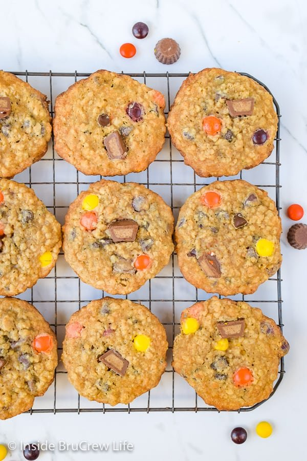Peanut Butter Oatmeal Banana Cookies - these easy peanut butter oatmeal cookies are loaded with chocolate chips, bananas, and peanut butter candies! Make this recipe for your cookie jar this week. #peanutbutter #banana #oatmealcookies #cookiejartreats#peanutbuttercups