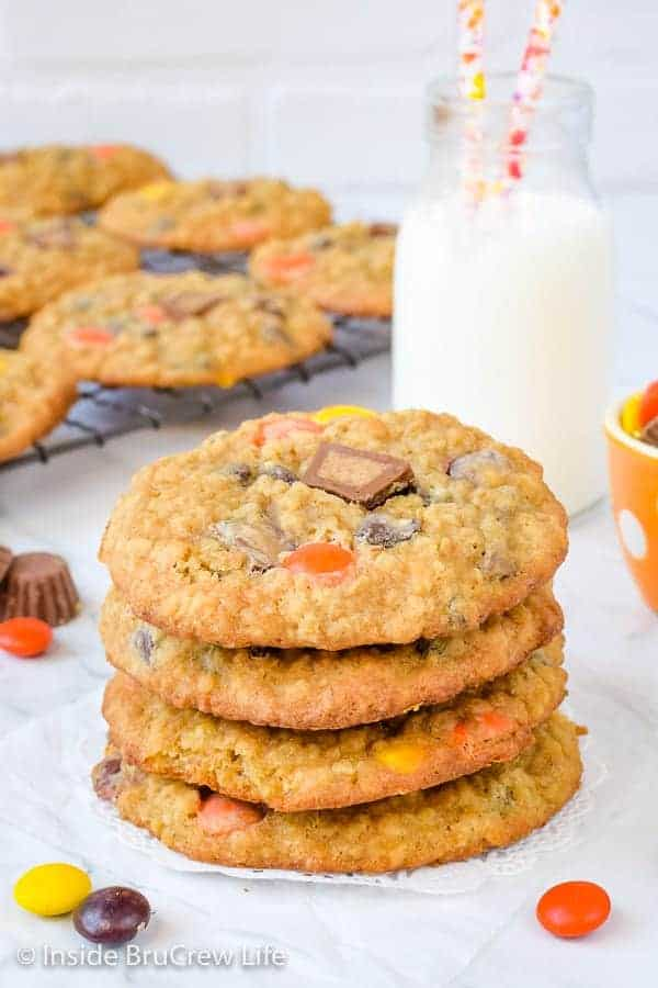 Peanut Butter Oatmeal Banana Cookies - soft, chewy peanut butter oatmeal cookies loaded with banana and peanut butter candies. Great recipe to make for your cookie jar! #peanutbutter #banana #oatmealcookies #cookiejartreats#peanutbuttercups