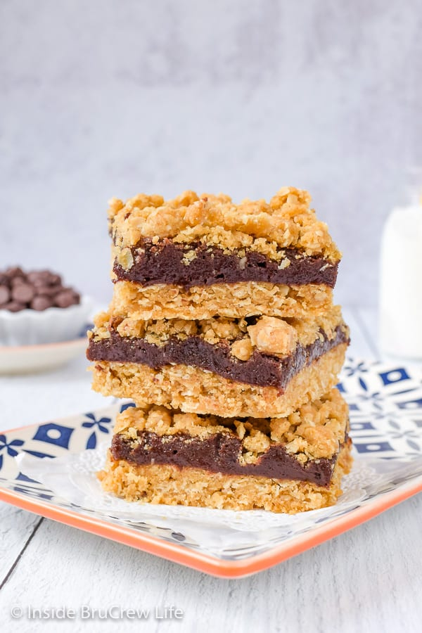Oatmeal Fudge Bars - a sweet fudge center inside these crumble bars will have you going back for another square. Easy recipe to make for dessert! #oatmeal #cookiebars #fudge #easy #recipe