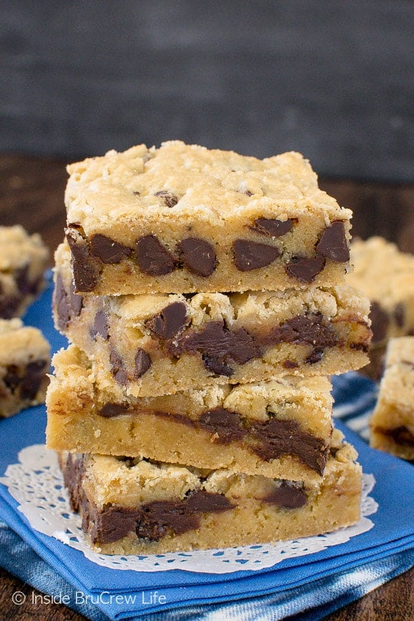 Congo Bars - these soft blonde brownies are loaded with chocolate chips. Perfect recipe to make for any party! #cookies #chocolate #easy #recipe #blondebrownies #brownies #cookiebars