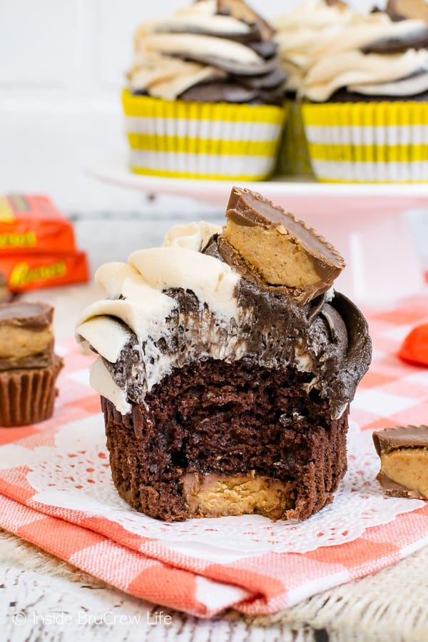 Reese's Chocolate Peanut Butter Cupcakes - chocolate and peanut butter frosting and a hidden peanut butter cup will make these cupcakes disappear. Try this easy recipe for peanut butter lovers! #cupcakes #chocolate #peanutbutter #reeses #peanutbuttercups #frosting