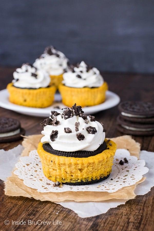 Pumpkin Oreo Cheesecake - this fun fall dessert has creamy pumpkin cheesecake inside an Oreo cookie. Awesome fall recipe! #cheesecake #pumpkin #falldessert #Oreos #minidessert #cheesecakecupcakes