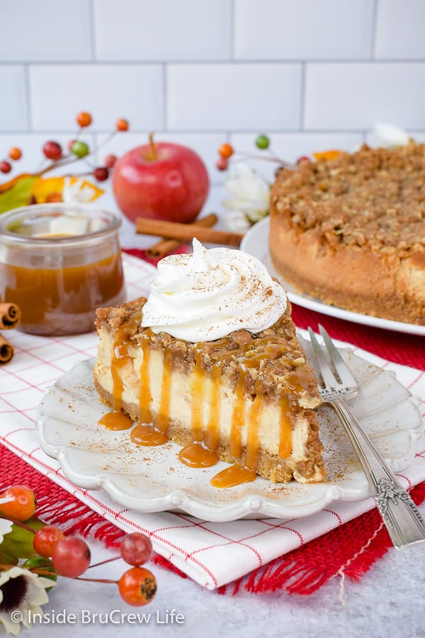 Apple Crisp Cheesecake - creamy cheesecake topped with apples and a crisp topping is the perfect dessert for fall. Make this easy recipe for dinners or parties. #cheesecake #apple #applecrisp #fall #dessert #recipe