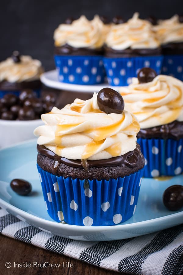 Caramel Mocha Cupcakes - chocolate and caramel toppings make these easy chocolate cupcakes look like they came from a bakery. Make this delicious recipe for all your parties and events! #cupcakes #chocolate #caramel #mocha #dessert #easy #recipe