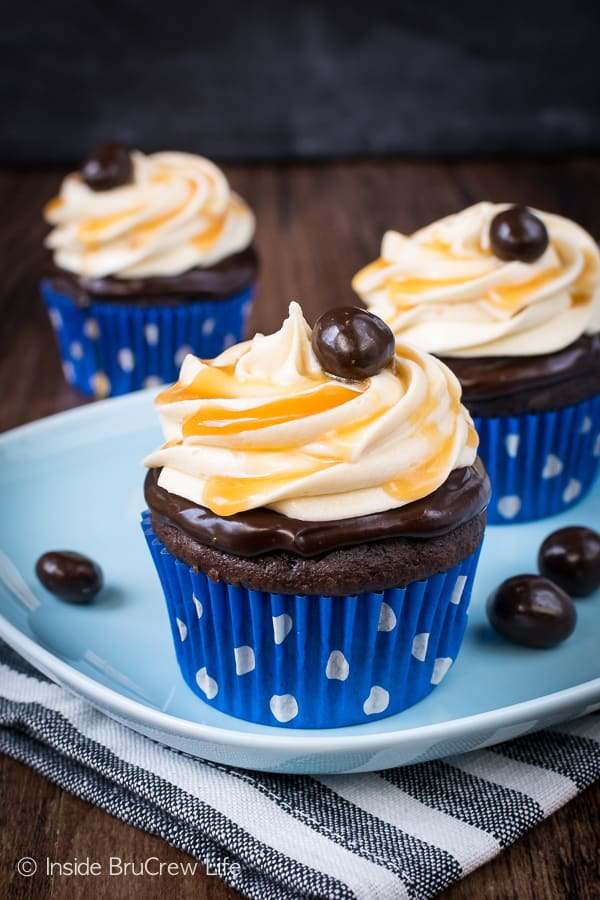 Caramel Mocha Cupcakes - the caramel frosting and chocolate topping add a delicious flair to these easy chocolate cupcakes! Perfect dessert for parties and events! #cupcakes #chocolate #caramel #mocha #dessert #easy #recipe