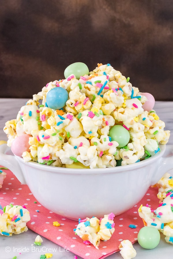 Easter Popcorn - easy chocolate covered popcorn loaded with lots of colorful sprinkles and candy. Great no bake recipe for parties! #easter #popcorn #snackmix #chocolatecoveredpopcorn #bunnybait #eastercandy