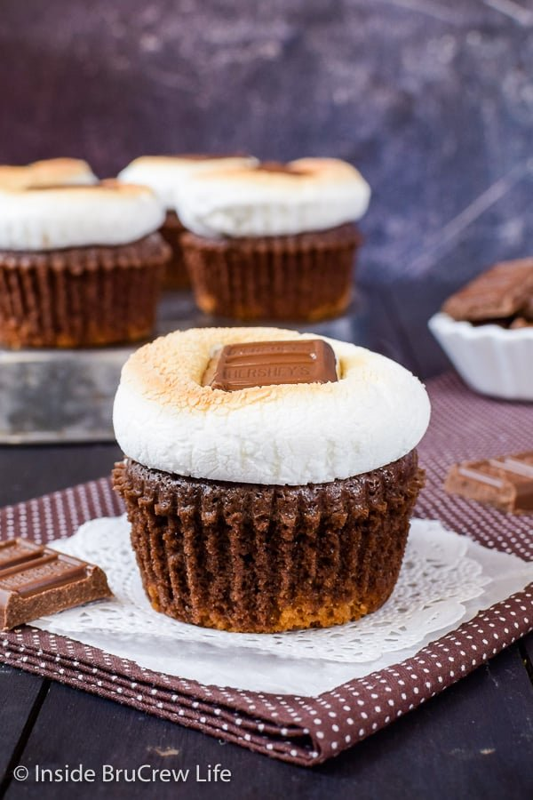 Oreo Brownie S'mores Cups - adding toasted marshmallows and candy bars to brownie cupcakes is a delicious idea. Try this easy recipe for any party! #brownies #browniecups #smores #toastedmarshmallow #oreos #summerdessert