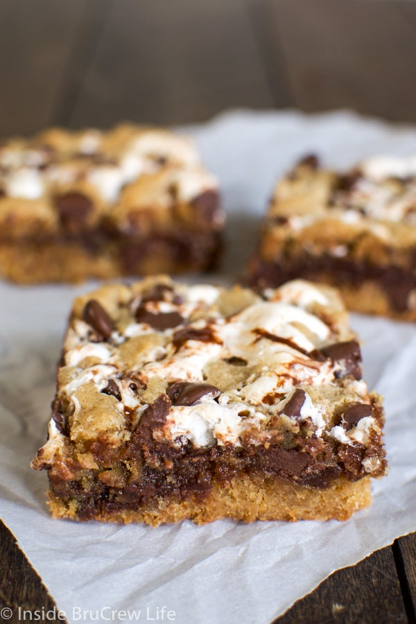 Peanut Butter S'more Blondies - marshmallow and fudge turn these peanut butter blondies into a delicious s'mores treat! Great dessert recipe for picnics and parties!
