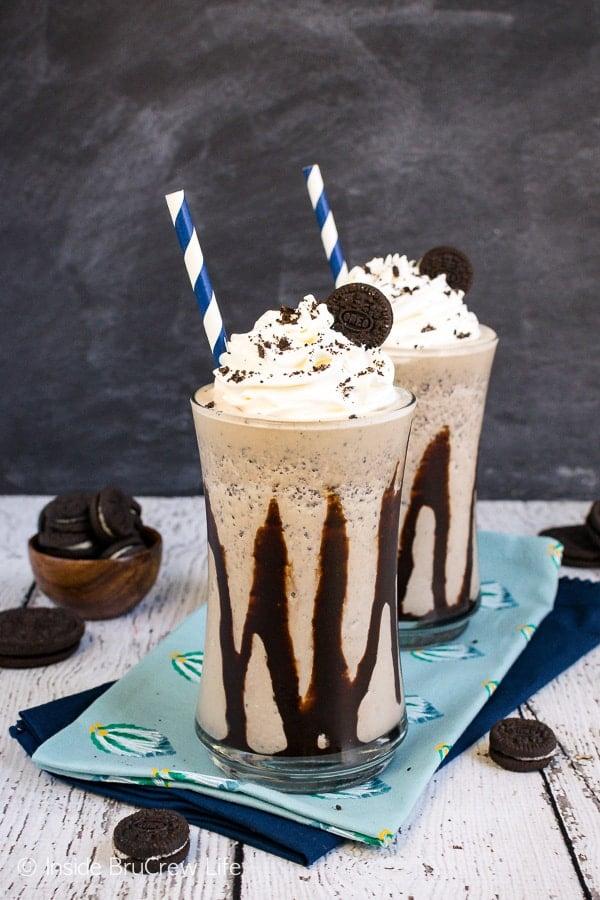 Mocha Oreo Milkshakes - coffee and Oreo cookies jazz up this sweet milkshake. Try this easy recipe on a hot summer day. #milkshake #summer #coffee #mocha #oreocookies #nobake