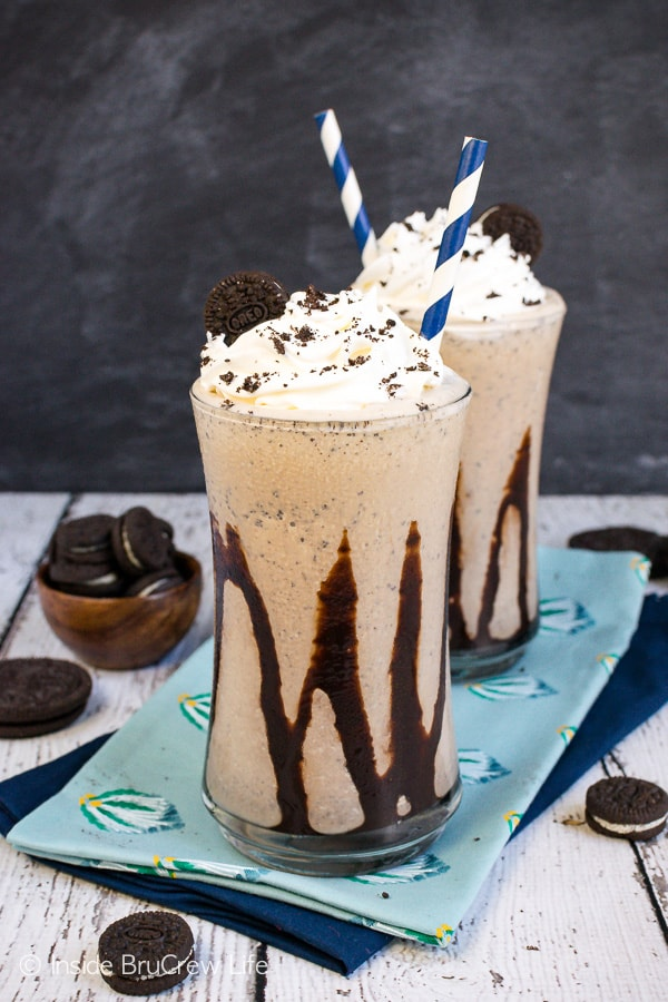 Mocha Oreo Milkshakes - coffee, cookies, and a chocolate drizzle makes this homemade drink look like it came from a coffee shop. Try this easy recipe on a hot summer day. #milkshake #summer #coffee #mocha #oreocookies #nobake