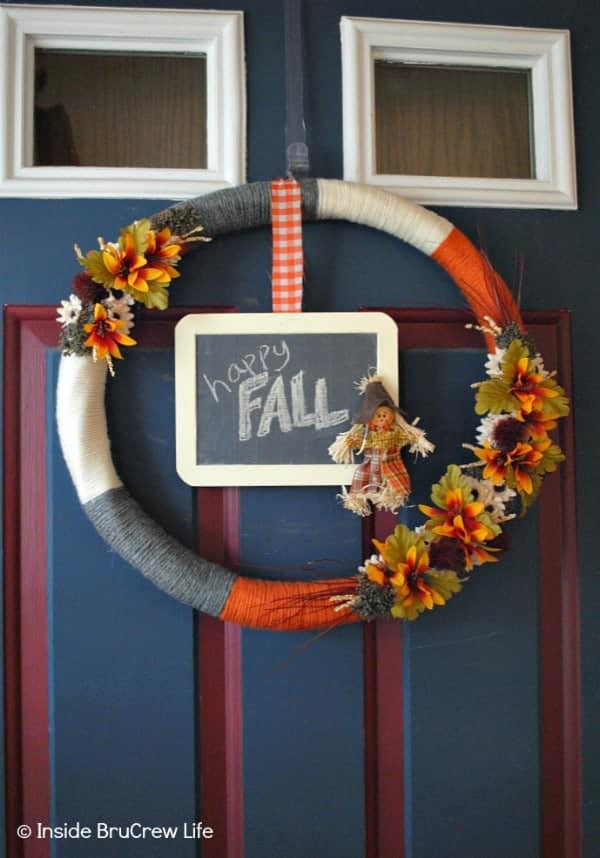 Easy DIY Fall Wreath - this easy fall wreath is made with yarn, silk flowers, and a mini chalkboard. Add some fall decor to your front door with this easy craft. #wreath #craft #yarn #fall #easy #chalkboard #DIY