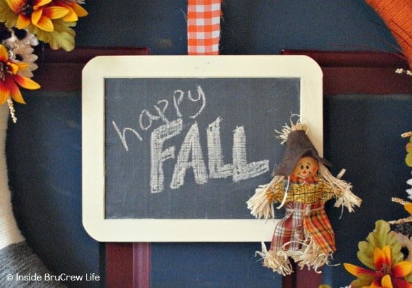 Easy DIY Fall Wreath - fill the center of your fall wreath with a mini chalkboard. This easy and fun craft is perfect for your front door. #wreath #craft #yarn #fall #easy #chalkboard