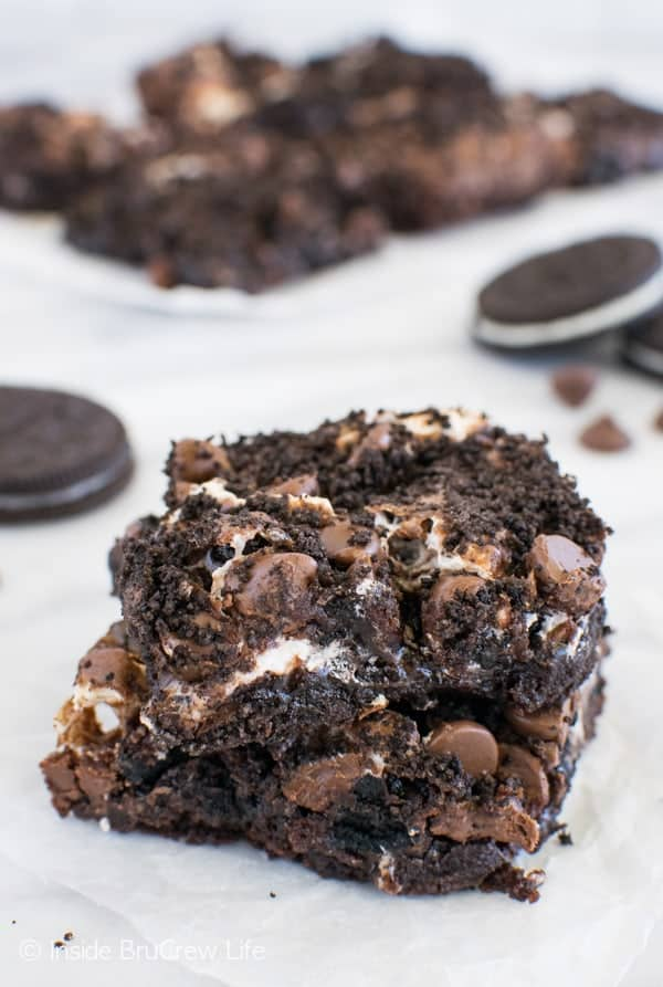 Oreo Marshmallow Brownies - marshmallow and chocolate makes these brownies disappear in a hurry! Awesome dessert recipe!