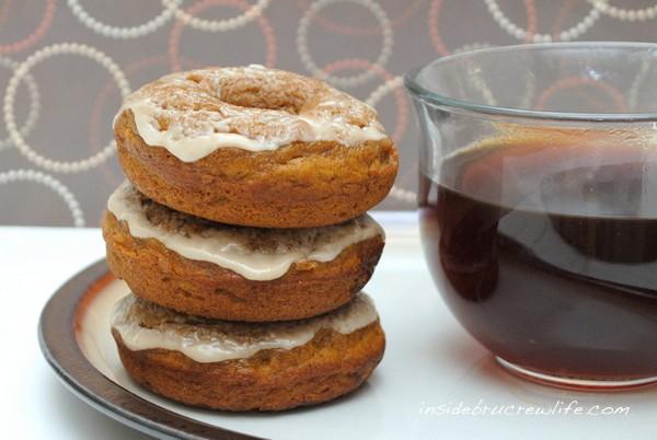 Pumpkin Caramel Latte Donuts - get a quick caffeine fix with these yummy pumpkin donuts http://www.insidebrucrewlife.com
