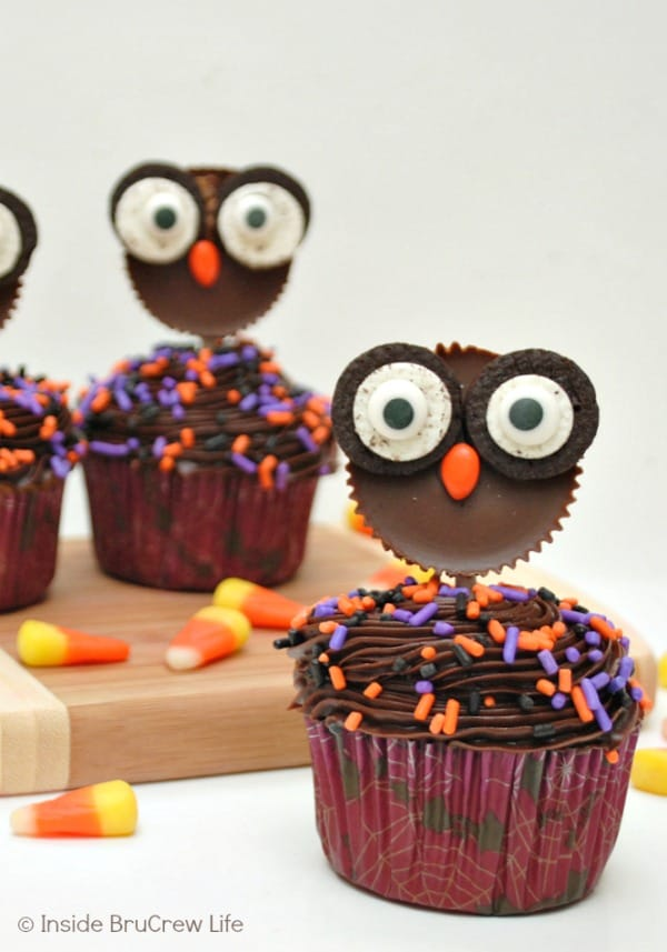 Reese's Owls - peanut butter cups topped with Oreo eyes make the cutest little candy owls! Make these cute toppers for fall cupcakes! #peanutbuttercups #oreos #halloween #fall #ediblecraft #cupcakes #candy #party #treats