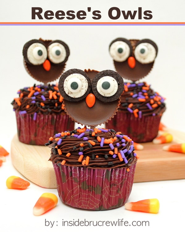 Reese's Owls - you can make these cute owls from peanut butter cups and Oreo cookies. So cute on cupcakes! #peanutbuttercups #oreos #halloween #fall #ediblecraft #cupcakes #candy #party #treats