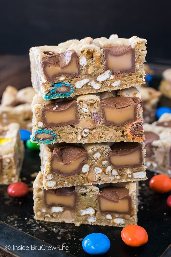 Caramel Pretzel Peanut Butter M&M Bars - these blonde brownies are loaded with candy and pretzels. Great sweet and salty dessert recipe! #blondebrownies #candy #loadedbrownies #sweets #dessert #mms #rolos #pretzel #sweetandsalty #easy #recipe