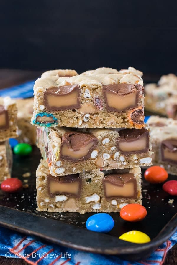 Caramel Pretzel Peanut Butter M&M Bars - candy and pretzels make this pan of cookie bars disappear in a hurry. Great sweet and salty recipe! #blondebrownies #candy #loadedbrownies #sweets #dessert #mms #rolos #pretzel #sweetandsalty #easy #recipe