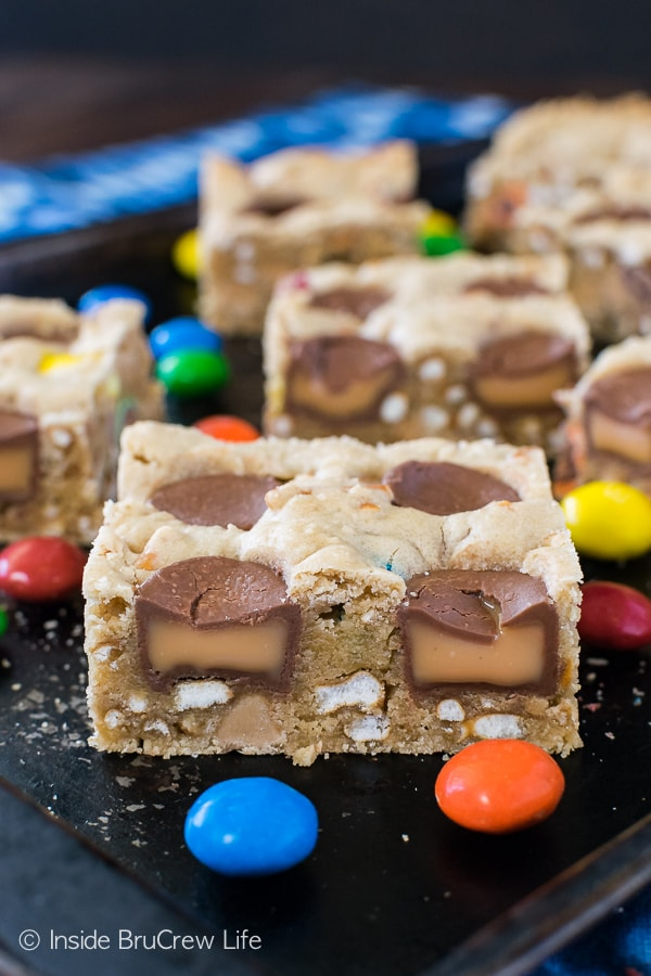 Caramel Pretzel Peanut Butter M&M Bars - blonde brownies loaded with candy and pretzels. Great sweet and salty dessert recipe to use up bags of candy! #blondebrownies #candy #loadedbrownies #sweets #dessert #mms #rolos #pretzel #sweetandsalty #easy #recipe