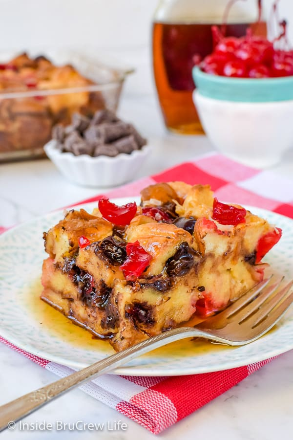 Cherry Chocolate French Toast Bake - chocolate chunks and cherries make this easy french toast casserole taste amazing. Make this easy recipe for brunch or breakfast events! #frenchtoast #breakfast #casserole #mothersday #cherry
