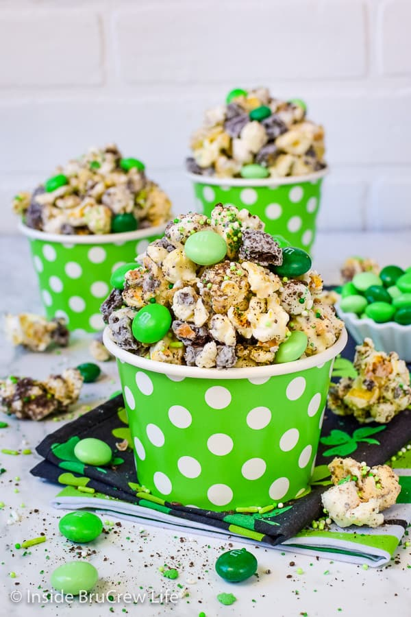 Fudge Mint Popcorn - mint cookies and candies give this chocolate covered popcorn a great taste and texture. Easy no bake recipe! #mint #popcorn #chocolatecoveredpopcorn #thinmints #nobake #snackmix