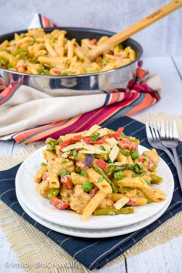 Spicy Chipotle Chicken Pasta - chicken and veggies in a creamy pasta sauce will satisfy everyone at the dinner table. Make this easy copycat recipe and watch it disappear at dinner. #pasta #copycat #thecheesecakefactory #chipotle #chicken