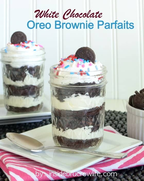 White Chocolate Oreo Brownie Parfaits - Oreo, brownies, and white chocolate cheesecake in one cute little jar http://www.insidebrucrewlife.com