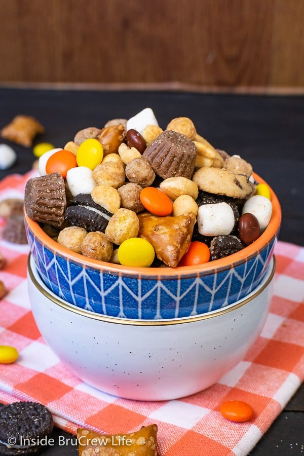 Sweet and Salty Trail Mix - this easy sweet and salty snack mix has plenty of pretzels, peanuts, candies, and cookies. Make a big bowl of this trail mix for movie or game nights! #snackmix #trailmix #reeses #peanutbuttercups #sweetandsalty #nobake