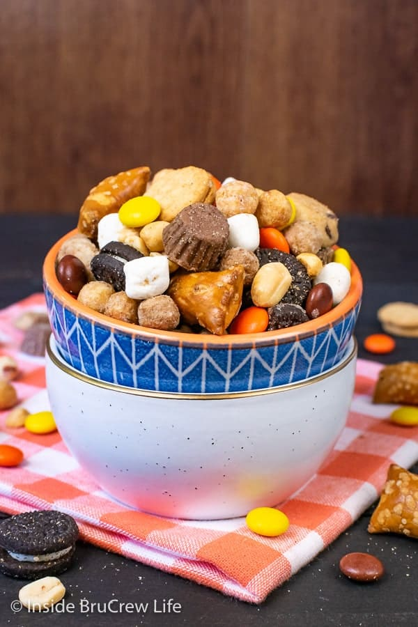 Sweet and Salty Trail Mix - toss together peanuts, pretzels, peanut butter cups, and cookies to make the best homemade snack mix. Make this easy recipe for movie nights, game nights, or traveling. #snackmix #trailmix #reeses #peanutbuttercups #sweetandsalty #nobake