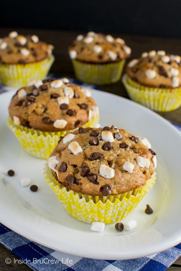 Banana S'mores Muffins - these easy muffins get a summer s'mores twist! Great breakfast recipe! #banana #muffins #banana #smores #chocolate #marshmallows #backtoschool