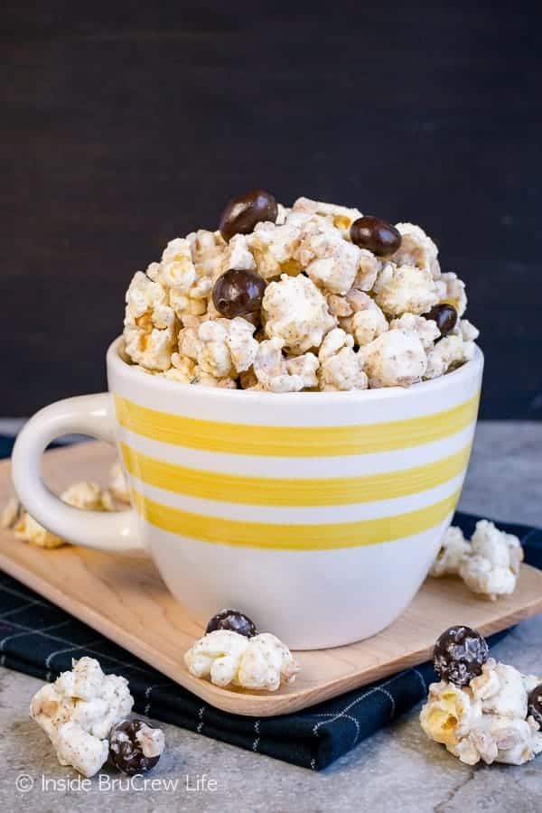 Coffee Toffee Popcorn - this chocolate covered popcorn has a sweet coffee flavor and crunchy toffee bits. Make this snack mix recipe when you need a quick caffeine pick me up. #coffee #snackmix #popcorn #toffee #nobake #whitechocolate #coffeebeans