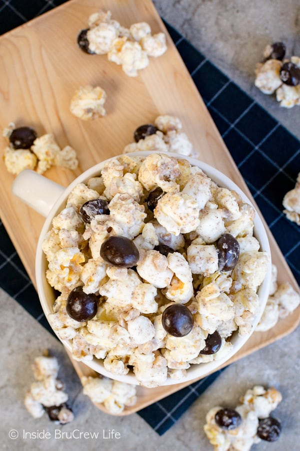 Coffee Toffee Popcorn - toffee bits and chocolate covered coffee beans add a fun crunch to this easy chocolate covered popcorn. Make this recipe when you need a caffeine boost. #coffee #snackmix #popcorn #toffee #nobake #whitechocolate #coffeebeans
