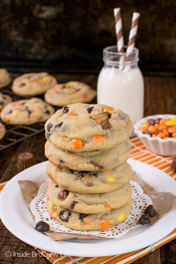 Reese's Peanut Butter Pudding Cookies - soft chewy cookies loaded with candy is a good idea. Great recipe for your cookie jar! #cookies #peanutbutter #puddingcookies #reesespeanutbuttercups #cookiejar #recipe #chocolatechipcookies #bestpuddingcookies