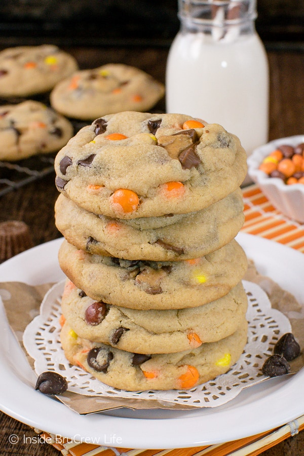 Reese's Peanut Butter Pudding Cookies - these soft and chewy cookies are loaded with lots of peanut butter and candy goodness. Great recipe to fill the cookie jar with! #cookies #peanutbutter #puddingcookies #reesespeanutbuttercups #cookiejar #recipe #chocolatechipcookies #bestpuddingcookies