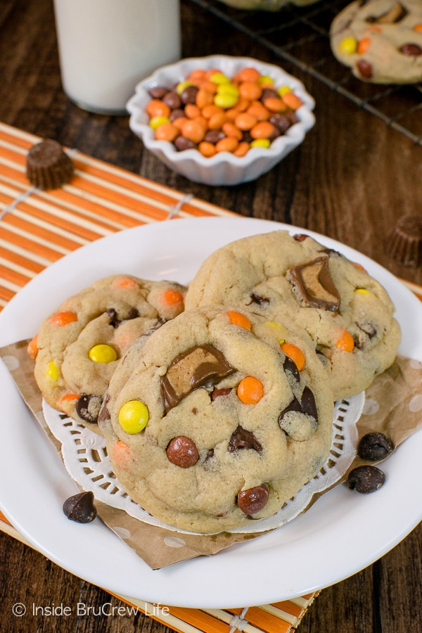 Reese's Peanut Butter Pudding Cookies - this soft chewy cookie recipe is perfect for filling your cookie jar with! #cookies #peanutbutter #puddingcookies #reesespeanutbuttercups #cookiejar #recipe #chocolatechipcookies #bestpuddingcookies