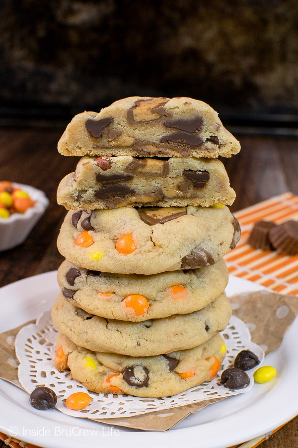 Reese's Peanut Butter Pudding Cookies - two times the candy makes these soft cookies the perfect recipe for your cookie jar! #cookies #peanutbutter #puddingcookies #reesespeanutbuttercups #cookiejar #recipe #chocolatechipcookies #bestpuddingcookies