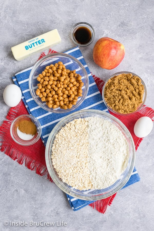 Overhead picture of the ingredients needed to make homemade caramel apple granola bars
