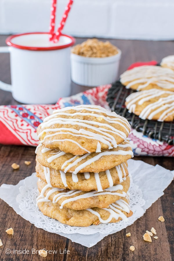 Toffee Apple Pie Cookies - graham cracker crumbs, apple bits, and toffee add a sweet flair to this soft apple cookie recipe! #apple #cookies #homemade #fall #toffee #cookiejar #baking