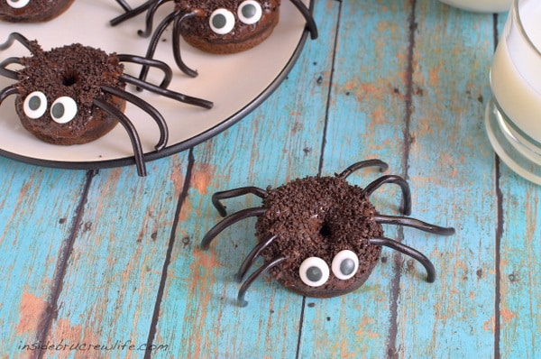 These little Chocolate Pumpkin Spider Donuts are a fun treat for Halloween parties!