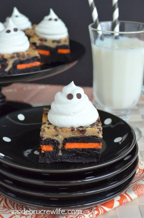 Coffee Cheesecake Oreo Brownies - gooey layers of brownies and cheesecake and a hidden layer of cookies makes these brownies so fun. Delicious recipe for those Halloween parties!