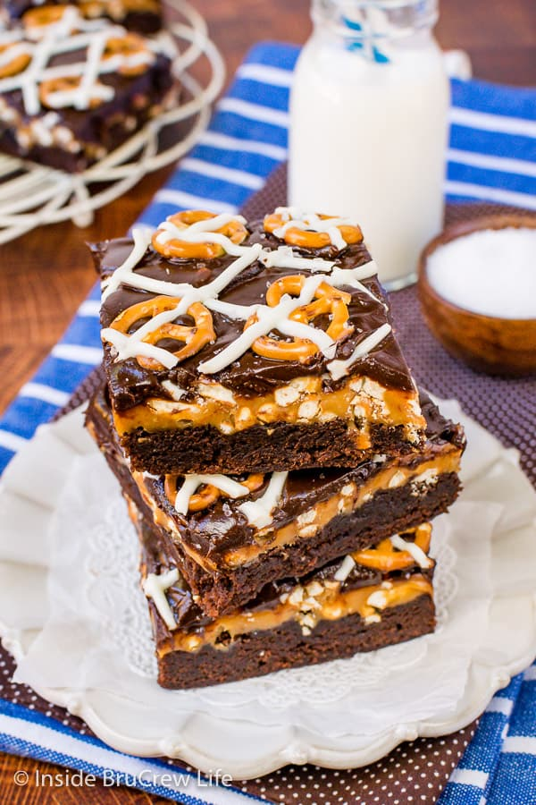 Salted Caramel Brownies - adding caramel, pretzels, and chocolate to the top of these brownies makes them so good. Great sweet and salty dessert to make for friends and family. #brownies #saltedcaramel #caramel #pretzels #chocolate #sweetandsalty