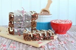 Peppermint Hot Chocolate Granola Bars - homemade granola bars with powdered hot chocolate and Andes peppermint crunch pieces #Andes #peppermint #granolabars http://www.insidebrucrewlife.com