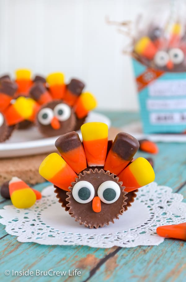 Reese's Turkeys - use candy corn and peanut butter cups to make this fun candy turkey. Easy craft for the kids to make on Thanksgiving day! #reeses #peanutbuttercups #turkeyday #thanksgiving #candyturkey