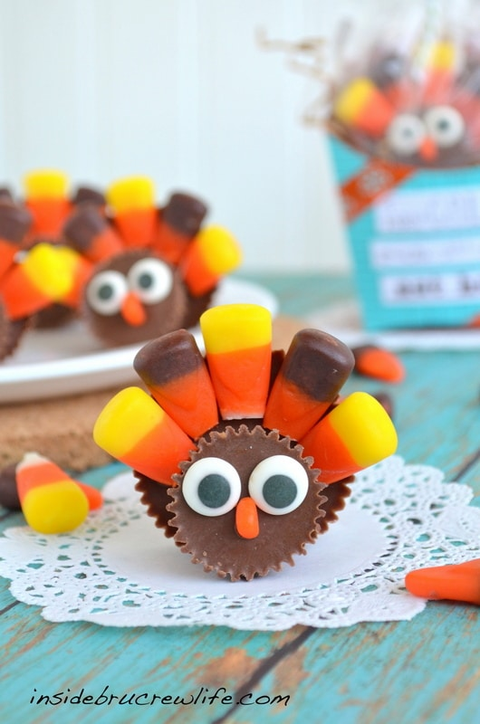 Reeses Turkeys - two different size peanut butter cups and candy corn make these cute turkeys #reeses #thanksgiving https://www.insidebrucrewlife.com