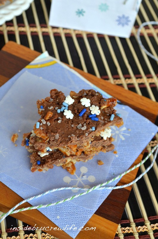 Salted Caramel Pretzel Bark - sweet and salty in one delicious bark www.insidebrucrewlife.com