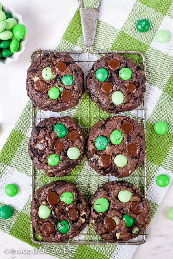 Chocolate Mint Cookies - chocolate chips, mint candies, and mint cookies turn these cake mix cookies into a decadent dessert! Perfect recipe for the cookie jar! #cakemix #chocolate #cookie #mint #cakemixcookies #cookiejar #andesmintchips