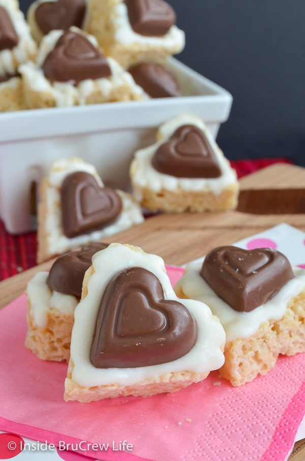 White Chocolate Reese's Krispie Hearts - adding white chocolate and candy hearts makes these easy rice krispie treats so fun and delicious. Make this no bake recipe for Valentine's day parties. #ricekrispietreats #nobake #peanutbuttercups #heartshapedtreats #valentinesday #reeses